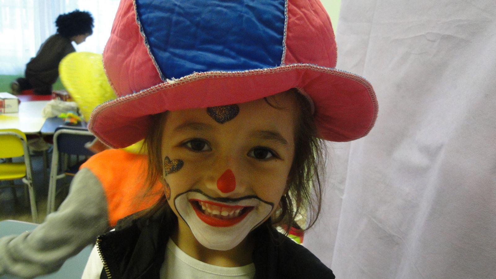 Resultado de imagem para crianças pintando rosto palhacinho